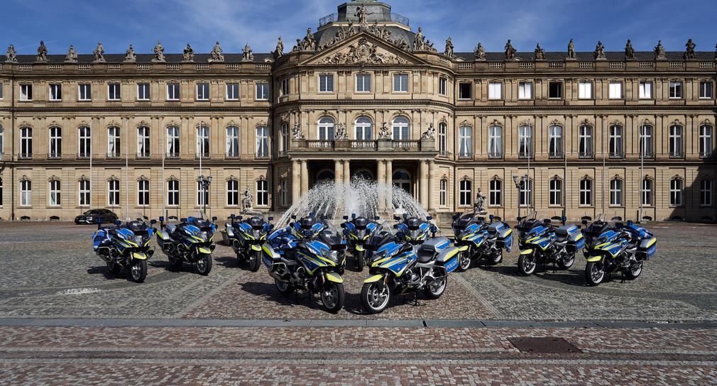 Die neuen Polizeimotorräder stehen vor dem Neuen Schloss in Stuttgart. (Bild: © Ministerium für Inneres, Digitalisierung und Migration)
