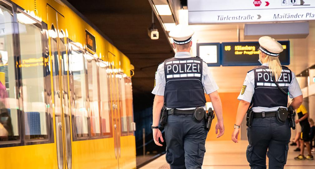 Zwei Polizeibeamte bei einer Streife.