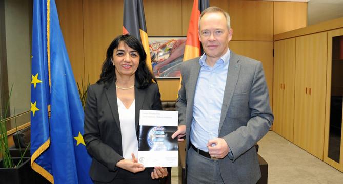 Der Landesbeauftragte für den Datenschutz und die Informationsfreiheit, Stefan Brink (r.) übergibt den Datenschutz-Tätigkeitsbericht 2018 an die Präsidentin des Landtags, Frau Muhterem Aras (l.) (Bild: © Landtag von Baden-Württemberg)