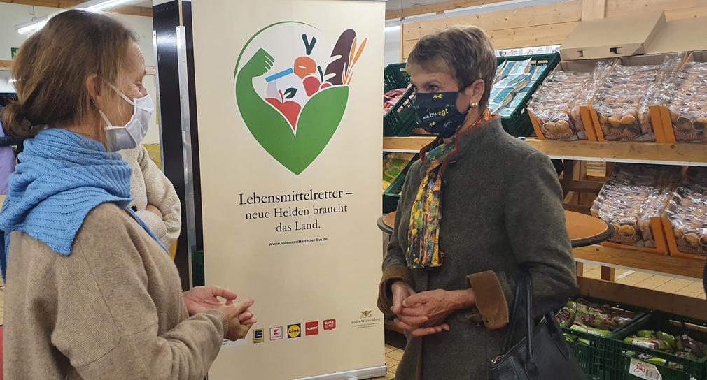 Ingrid Poppe von der Schwäbischen Tafel Stuttgart (l.) mit Staatssekretärin Friedlinde Gurr-Hirsch (r.) (Bild: Ministerium für Ländlichen Raum und Verbraucherschutz)