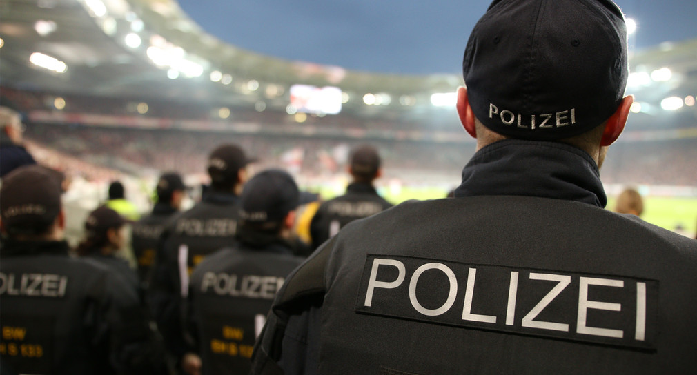 Polizeikräfte bei einem Einsatz im Fußballstadion.