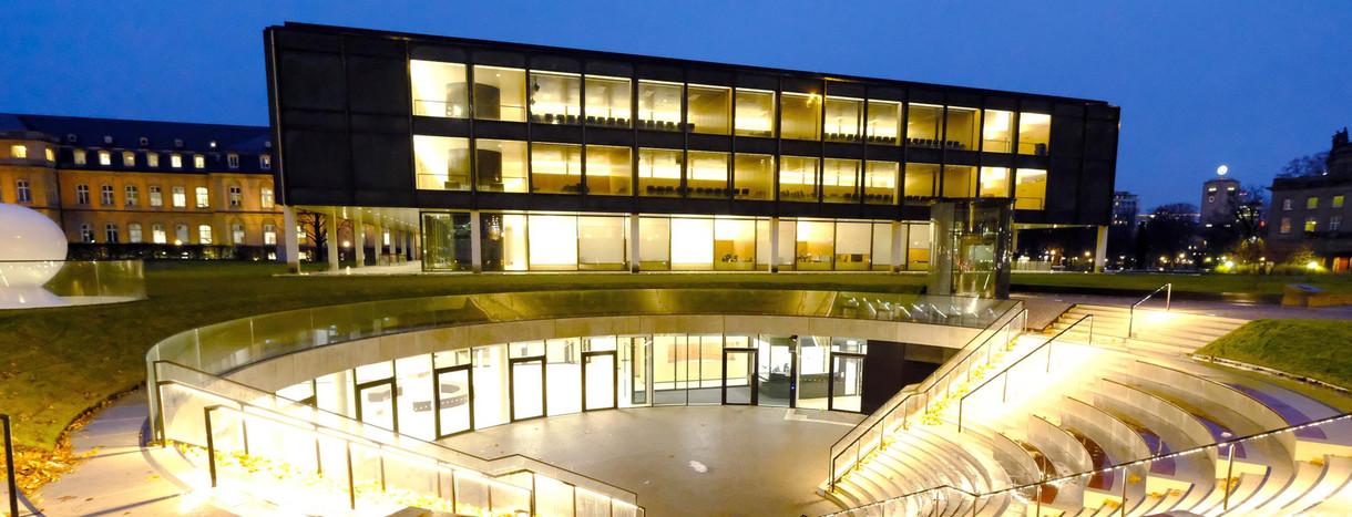 1048bbf5b449ec Das beleuchtete Gebäude des Landtages von Baden-Württemberg in Stuttgart,  im Vordergund das Bürger