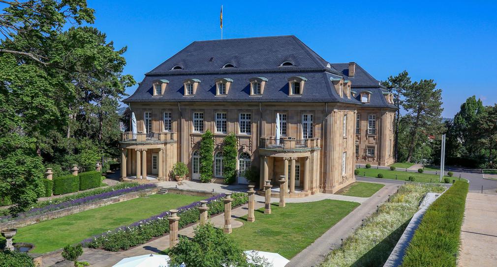Blick auf den Rosengarten und die Villa Reitzenstein.