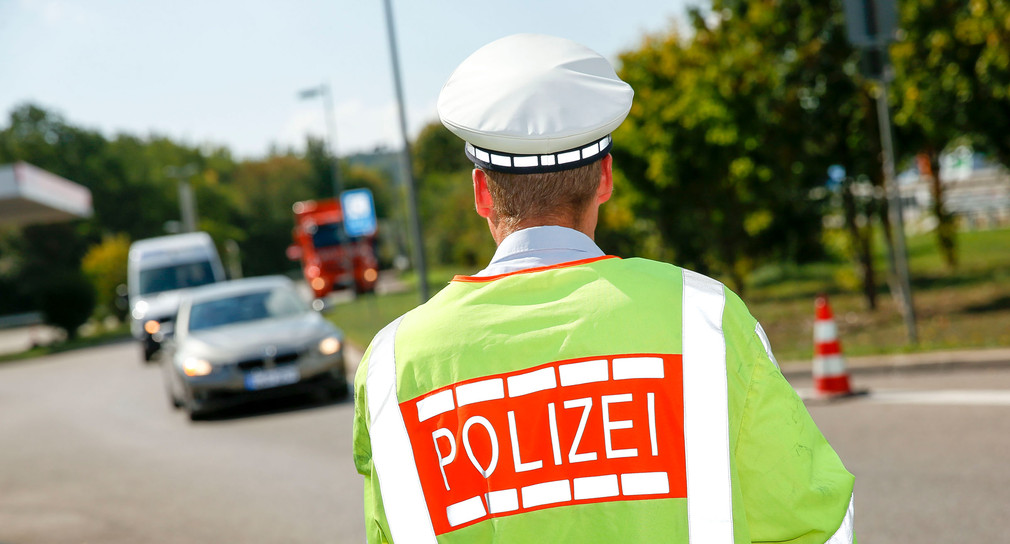 Polizist der Polizei Baden-Württemberg kontrolliert den Verkehr.
