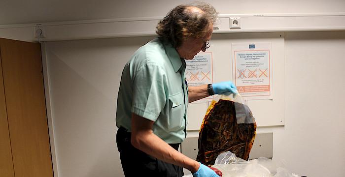 Ein Beamter des Zolls findet bei der Kontrolle am Stuttgarter Flughafen Fleisch im Gepäck eines Reisenden, der über Istanbul aus Äthiopien in Stuttgart angekommen ist. (Foto: © Landwirtschaftsministerium Baden-Württemberg)
