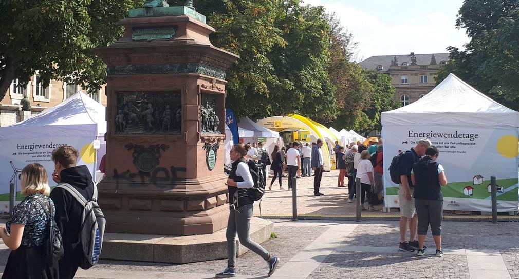 Herrliches Wetter und zahlreiche Interessierte an den Info-Ständen auf dem Stuttgarter Schlossplatz. (Bild: Umweltministerium)