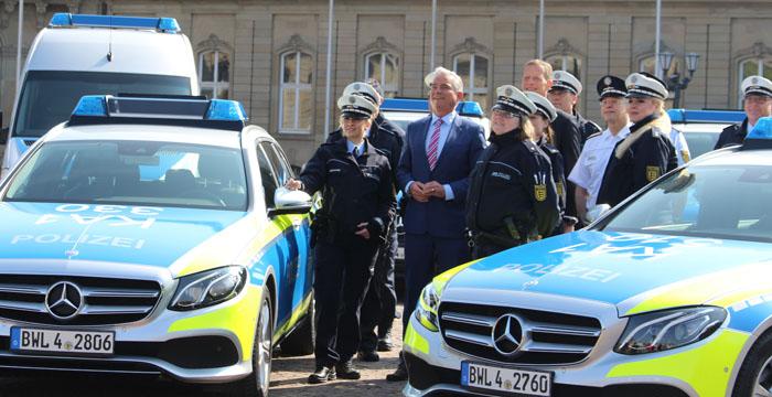Gruppenbild mit Innenminister Thomas Strobl bei der Fahrzeugübergabe der neuen Flotte der Polizei Baden-Württemberg (Foto: Ministerium für Inneres, Digitalisierung und Migration)